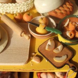Dettaglio -Tavolo con preparazione di una torta di mele - 2008