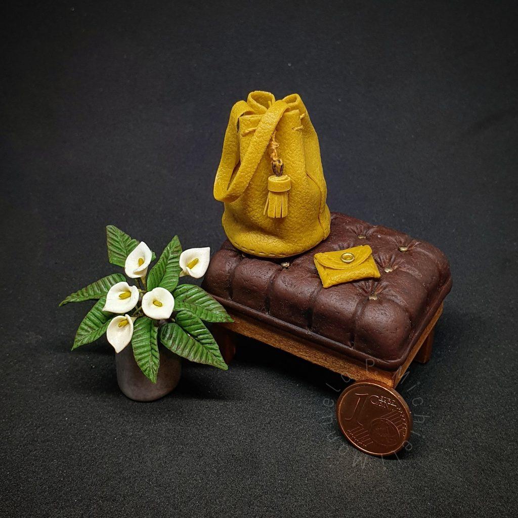 Miniaturitalia 2020 - Workshop al mattino di Minimadeinitaly - uno sgabello, un vaso di calle e una borsa.